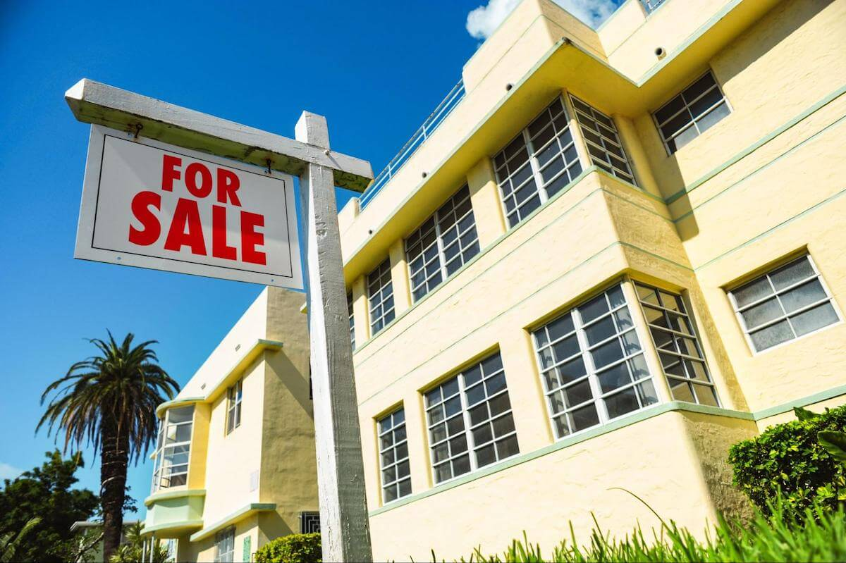 How to sell a timeshare: A for-sale sign outside of a condo