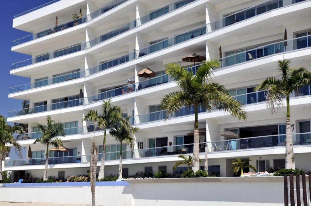 Diamond Resorts International: white hotel facade