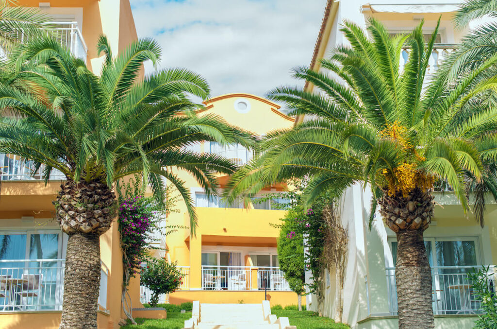 5 worst timeshare companies: A vacation resort in a tropical location
