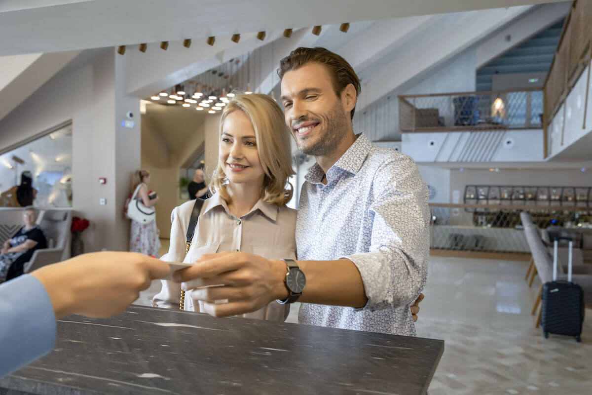 Hilton Grand Vacations: couple checking into a hotel